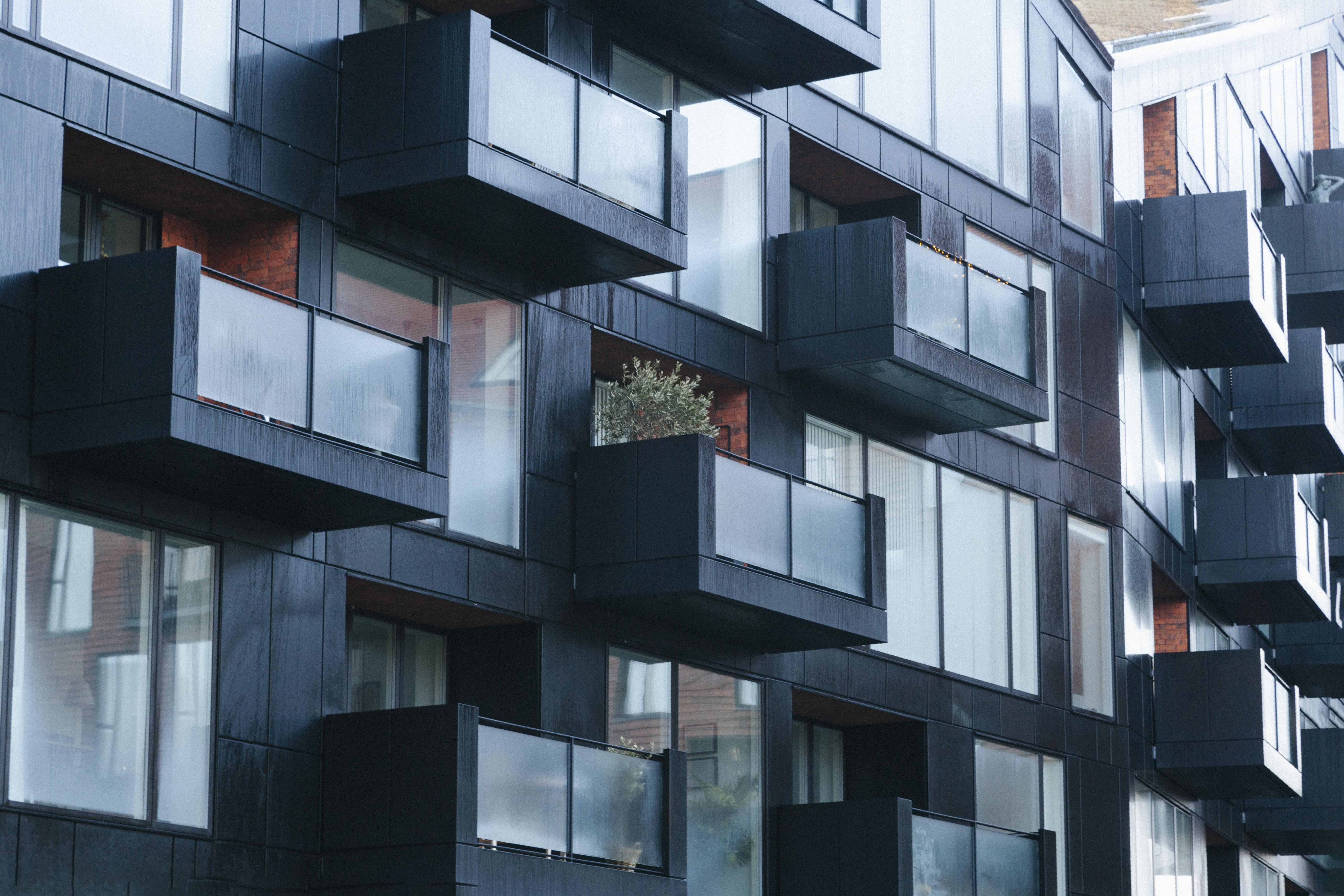 Vue d'un immeuble noir avec des balcons